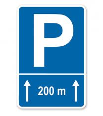 Parkplatzschild mit Pfeilen geradeaus und individueller Entfernungsangabe – P