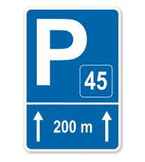 Parkplatzschild mit Pfeilen geradeaus und Nummerierung – P