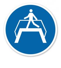Gebotszeichen Übergang benutzen nach DIN EN ISO 7010 - M 023