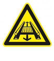 Warnzeichen Warnung vor Gefahren durch eine Förderanlage im Gleis