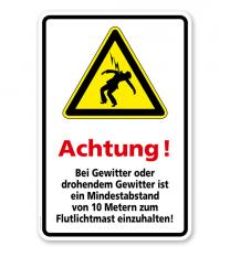 Warnschild Achtung! Bei Gewitter oder drohendem Gewitter ist ein Mindestabstand zum Flutlichtmast einzuhalten!
